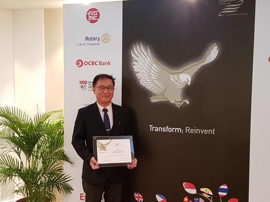 Mr Alan Chua of Concorde Security receiving the Entrepreneur of the Year Award 2017.